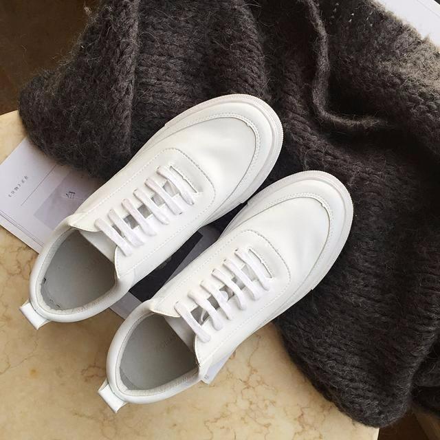 夏天来了,时尚休闲的小白鞋也来了,每个女生成长过程中必备的单品,MM们绝对不可缺少的一双鞋